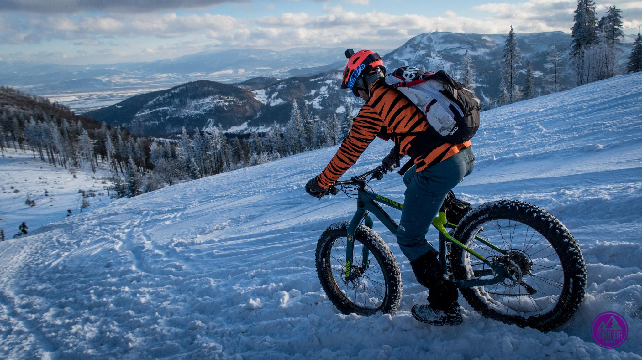 Zimowy zjazd na rowerze